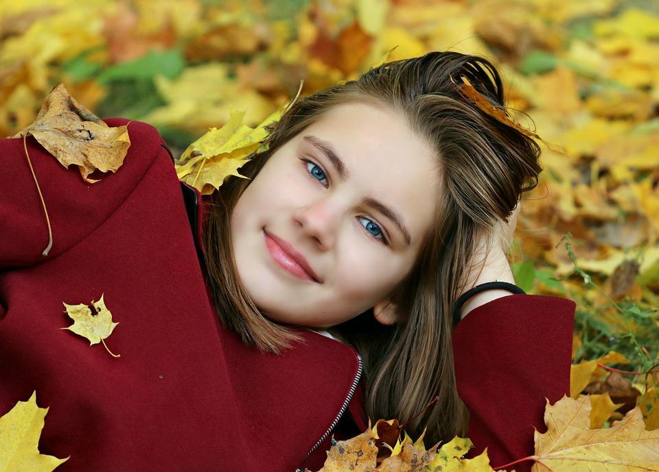 осенняя красота девушки и природы