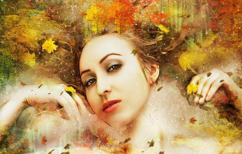 красота женщины осенью с листьями