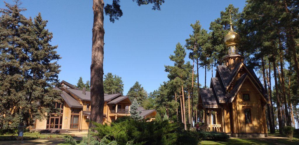 охотничий дом Януковича и церковь в Сухолучье
