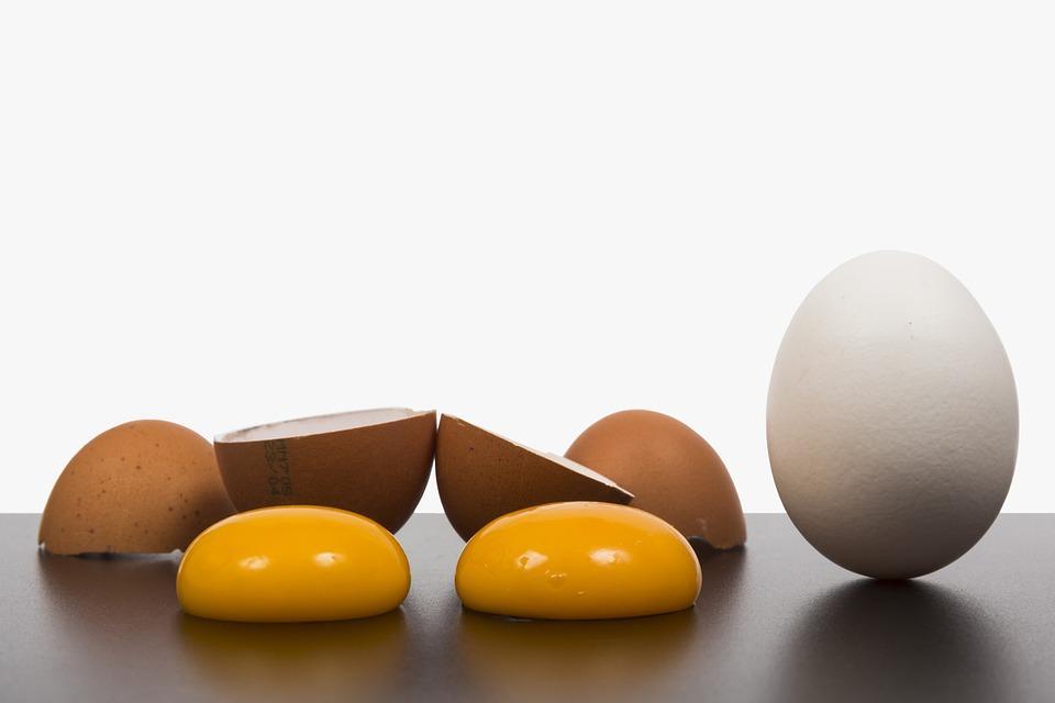 яйцо со скорлупой и желтками