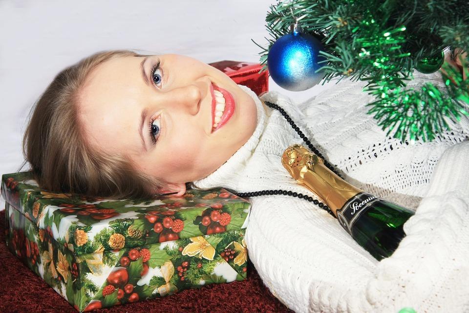 девушка с подарком у елки
