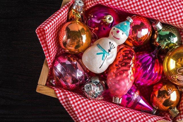 новогодние игрушки в коробке