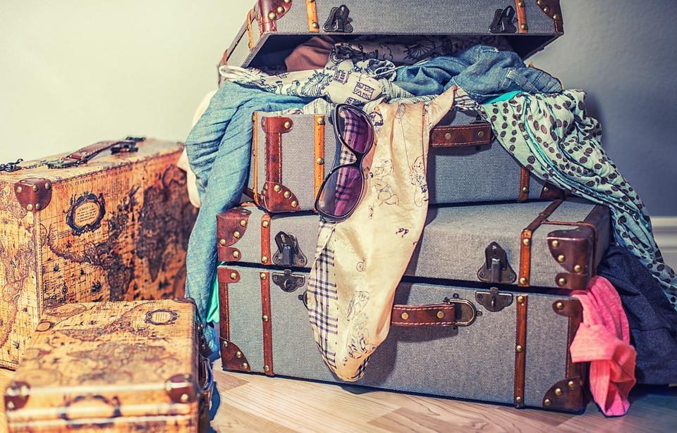 старые вещи в чемоданах