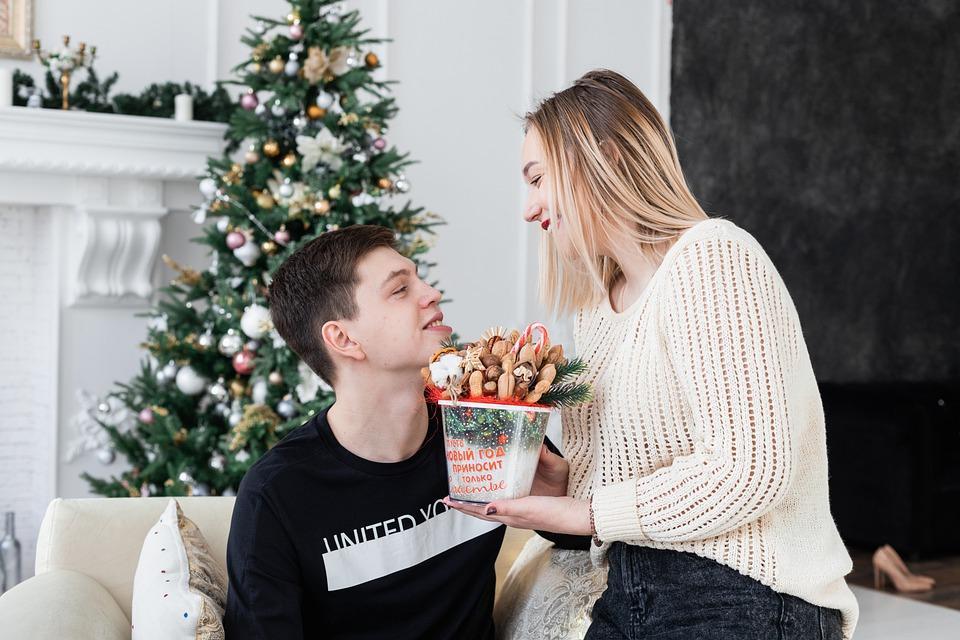 пара украсила дом к новому году