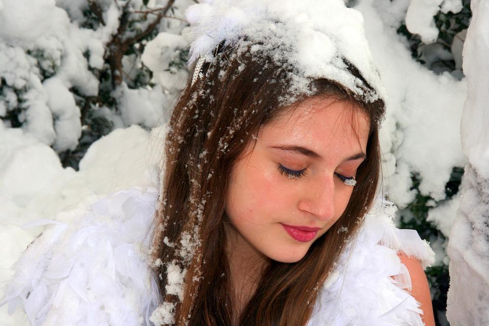 девушка в зимнем лесу