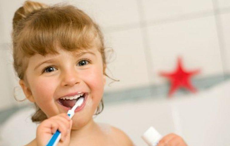 зубная щетка в руках у девочки
