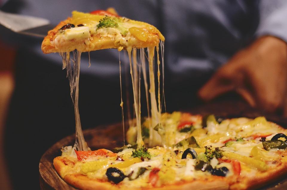 пицца с вкусной начинкой и соусом