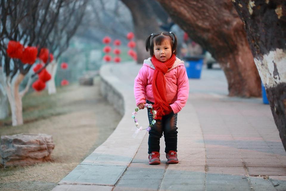 китайский ребенок в красной одежде