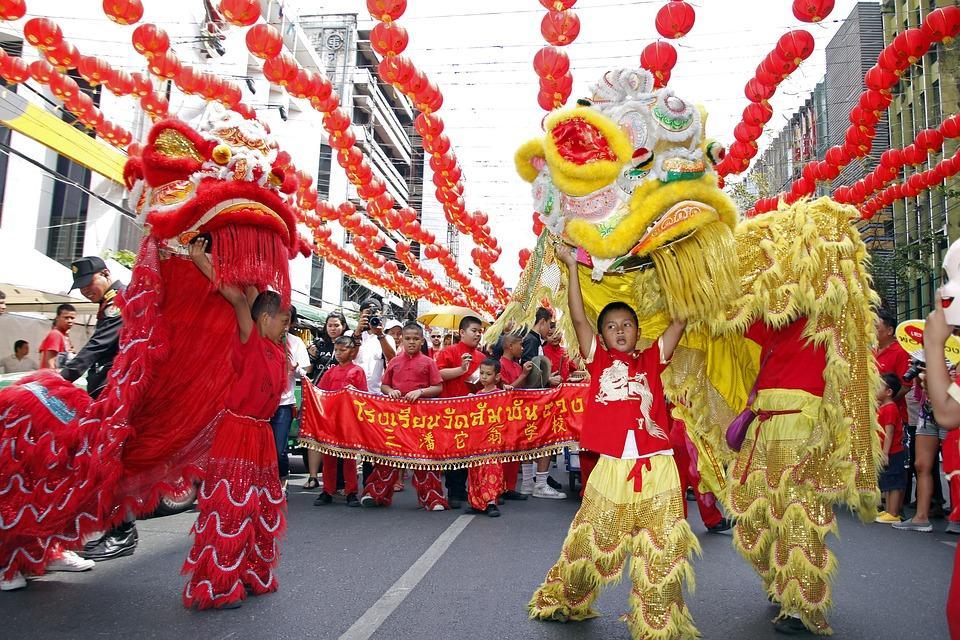 китайцы на фестивале в костюмах льва и слона