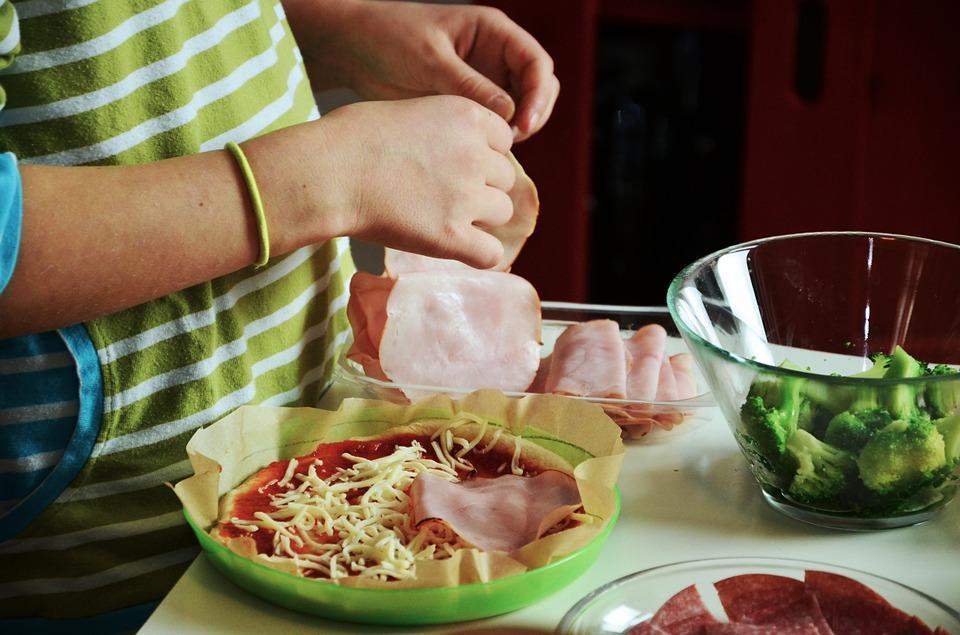 хозяйка готовит начинку для пиццы