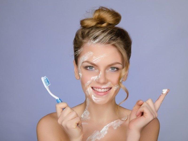 зубная паста на лице у девушки
