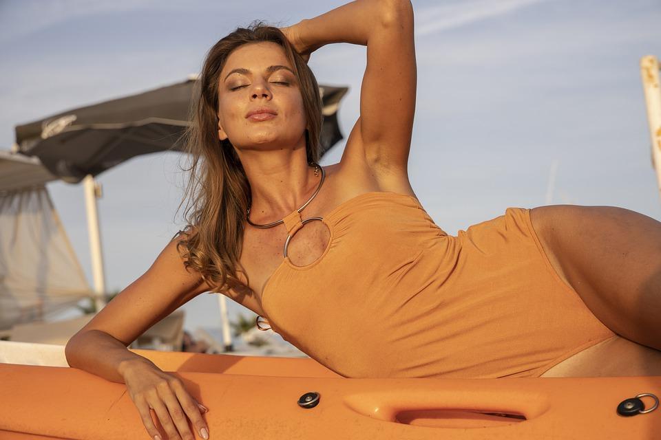 девушка в купальнике из ткани нового поколение Tactel