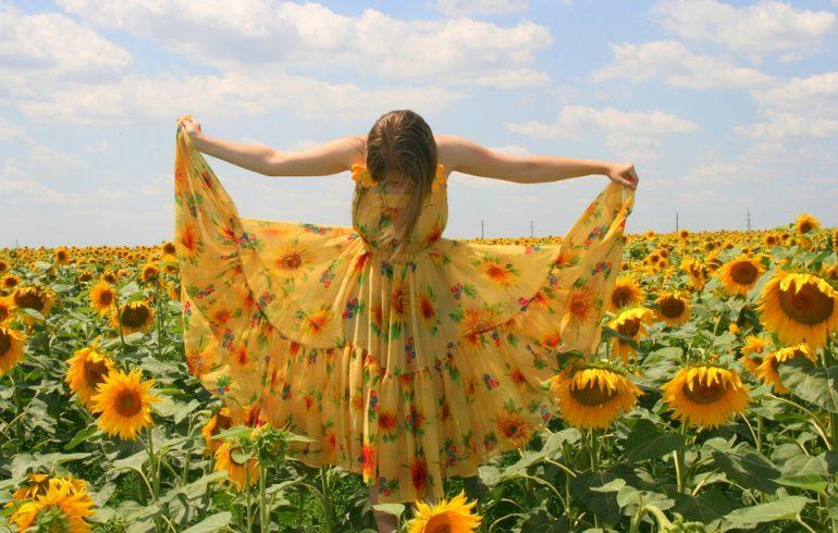 девушка в платье из натуральной ткани