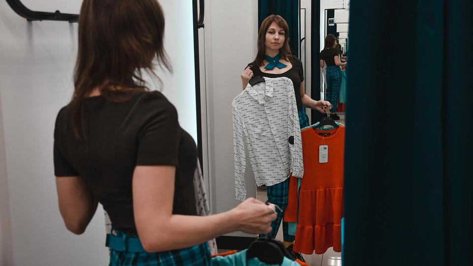 девушка в бутике с вещами из тканей нового поколения