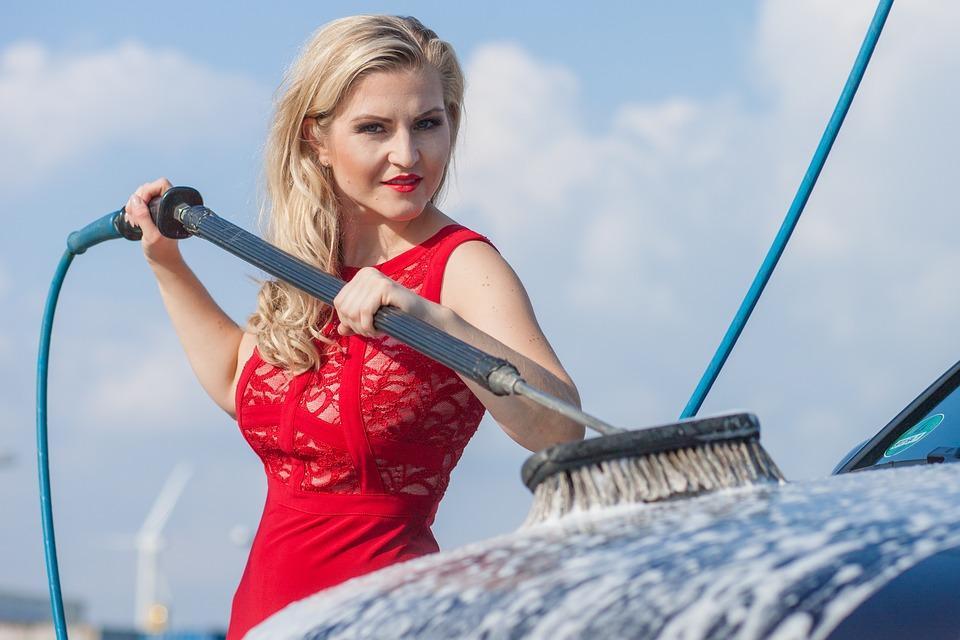 женщина моет автомобиль