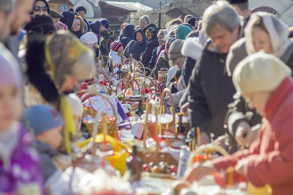 Пасха у храма люди освящают яйца и куличи