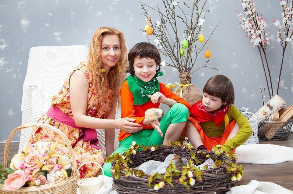 мама и дети на Пасху
