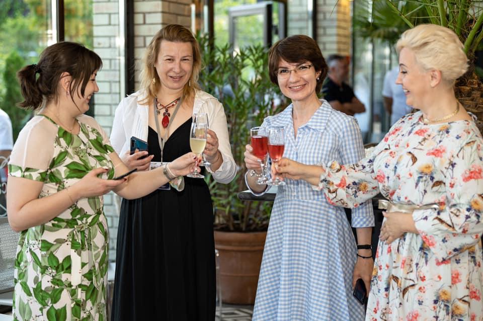 гости дегустируют вино Сікеrа