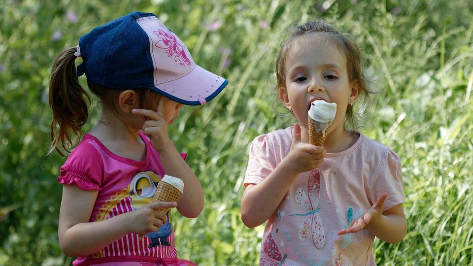 дети лакомятся мороженым