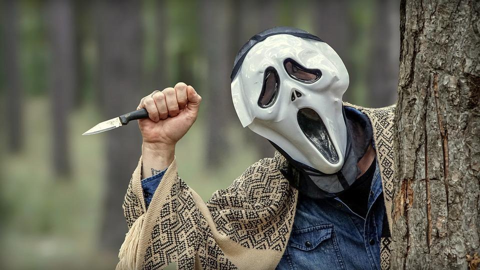 человек в страшной маске