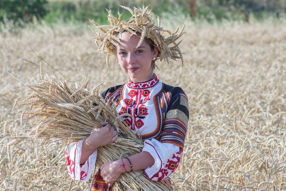 девушка на праздники урожая в поле