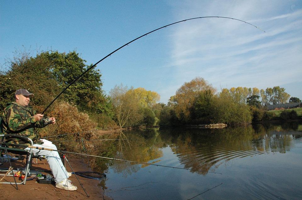 рыбак ловит рыбу в сентябре