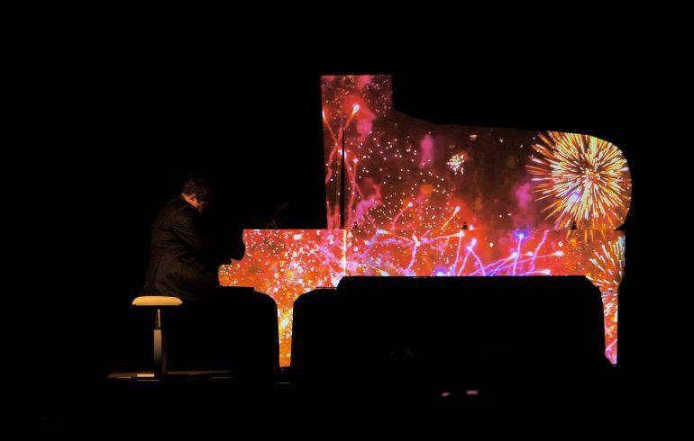 Алексей Ботвинов у рояля на концерте PIANO LIGHT SHOW